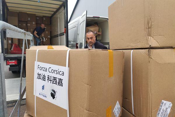 Déchargement des 500.000 masques à Ajaccio.