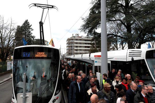 Dans le bassin genevois, ici la ligne de tramway entre Annemasse et la Suisse, de nombreux ménages viennent s'installer en raison du dynamisme économique.