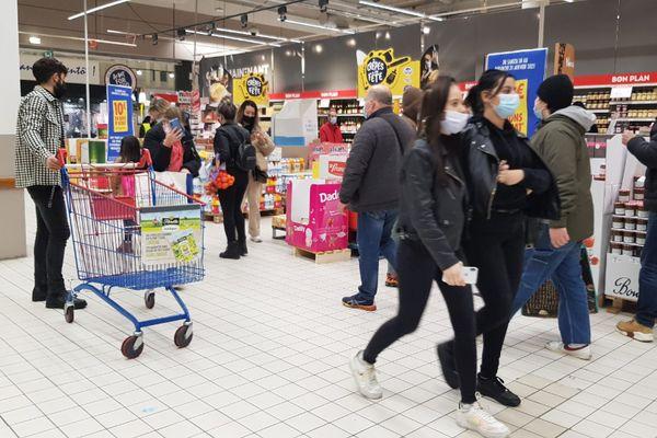 Seuls les centres commerciaux de plus 20.000 mètres carrés seraient concernés par le pass sanitaire à partir du 1er août.