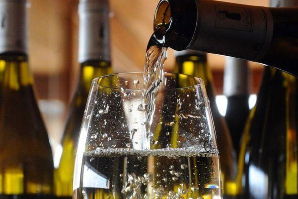 Un verre de vin blanc de l'appellation Cahors, à Prayssac.