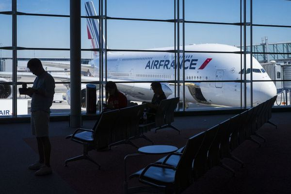 Des voyageurs patientent au sein de l'aéroport de Roissy, en août 2018. Photo d'illustration.