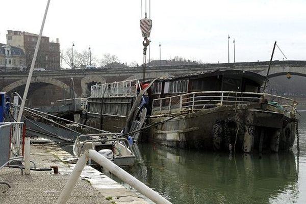 La péniche avait été renflouée le 20 février dernier