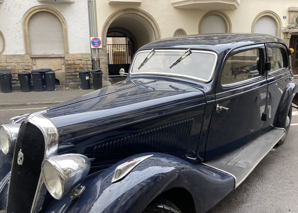 Des voitures de collection ou comment remonter le temps au gré du tournage d'un film d'époque.