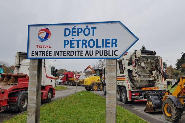 L'accès au dépôt pétrolier de Vern-sur-Seiche près de Rennes, bloqué ce samedi 30 novembre par des artisans du BTP