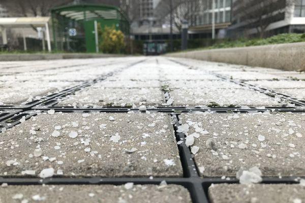 Partout, dans les rues et les allées de Lyon, du sel en prévision de la neige qui se fait attendre ce vendredi 12 février 2021 à midi.