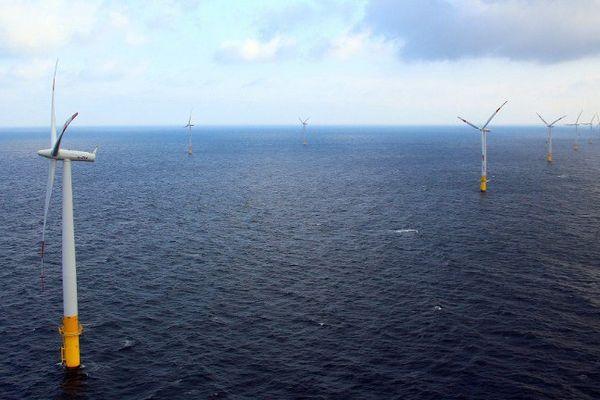 Parc éolien au large de l'Allemagne dans la pénisule de Fischland-Darss-Zingst
