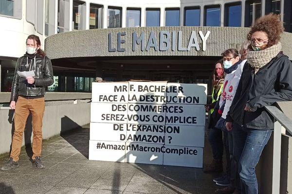 Les militants d'Alternatiba devant la permanence du député LREM Florian Bachelier