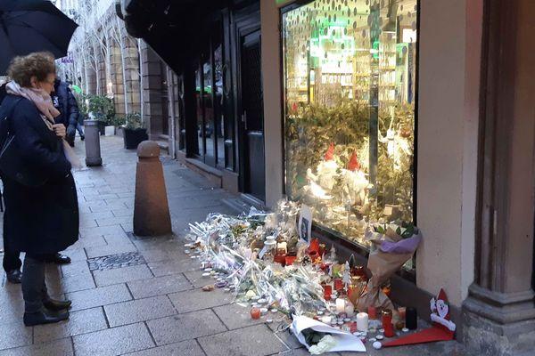 Il y a an, le 11 décembre 2018, l'attentat de Strasbourg faisait 5 morts et 10 blessés. Deux victimes sont tombée rue des Orfèvres. Pendant plusieurs semaines des gerbes de fleurs et des bougies sont restées à l'endroit où les victimes du tueur ont été touchées. Photo pris le 21 décembre 2018.