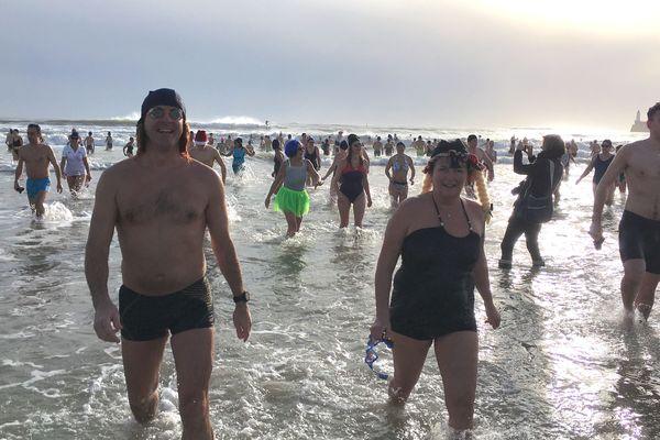 Les baigneurs sur la plage des Sables-d'Olonne le samedi 6 janvier 2018