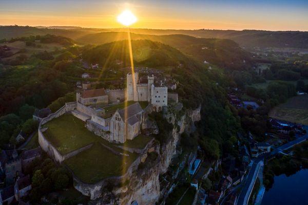 D'en haut, le château de Beynac surplombe les environs.