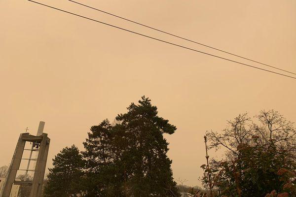 Un ciel alsacien teinté de jaune orangé du Sahara, photographié le samedi 6 février dans l'agglomération de Mulhouse.