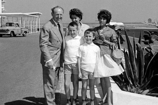 Bourvil (G) photographié dans les années 1960 avec les membres de sa famille près d'une plage à Marseille.