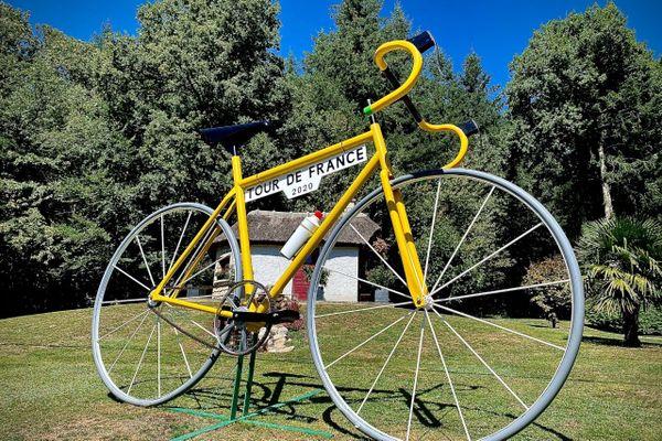 Un vélo géant a été installé pour l'occasion à Treignac.