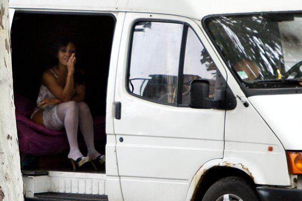 La politique lyonnaise anti-racolage pousse les prostituées à s'éloigner du centre-ville pour s'installer sur des routes de plus en plus reculées. Elles sont alors d'autant plus exposées aux agressions.