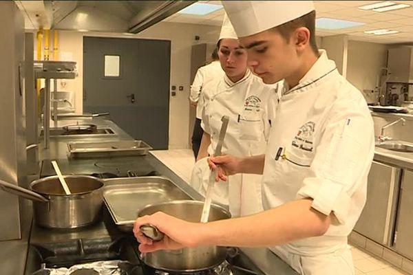 Thomas Bassuel, élève au lycée hôtelier de Sisteron, va faire son stage de première dans les cuisines de l'Elysée.