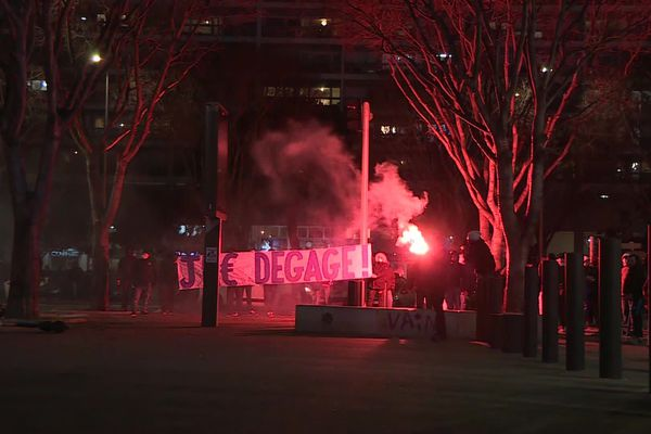 Une centaine de supporters est venue réclamer la démission de Jacques-Henri Eyraud, président de l'OM suite à ses propos polémiques.