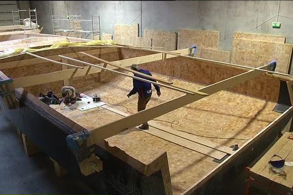 Norbert Sedlacek à l'intérieur de son futur voilier dans un chantier des Sables d'Olonne