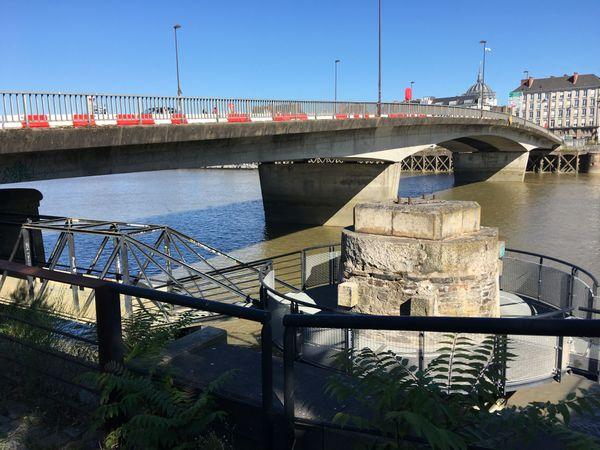 C'est du côté sud du pont Anne-de-Bretagne que l'eau a fini par jaillir d'une fissure.