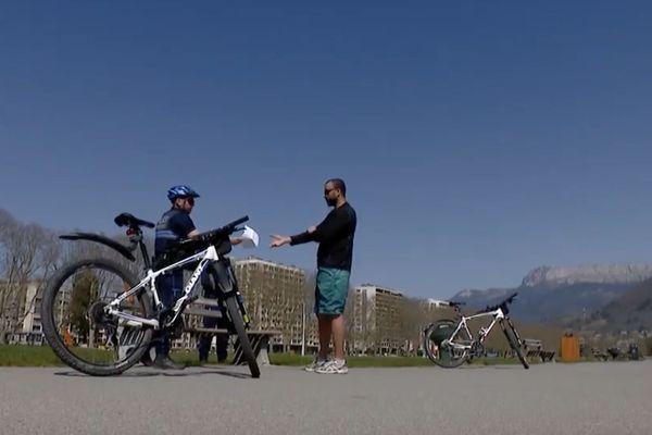 Dimanche à Annecy, la police était sur le Pâquier pour faire respecter les règles du confinement.