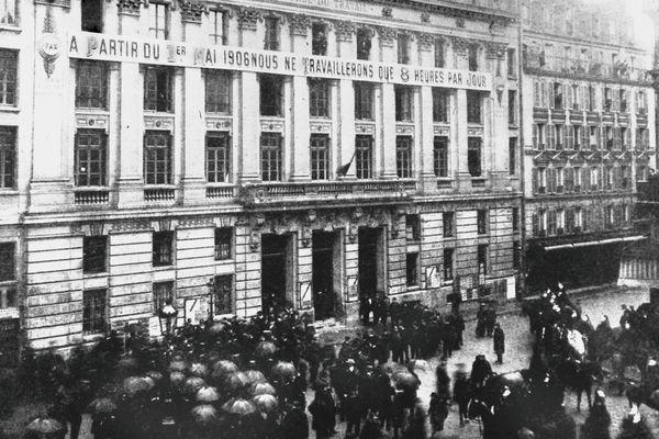 Lors du 1er mai 1906, les ouvriers ont cessé de travailler à partir de la huitième heure.