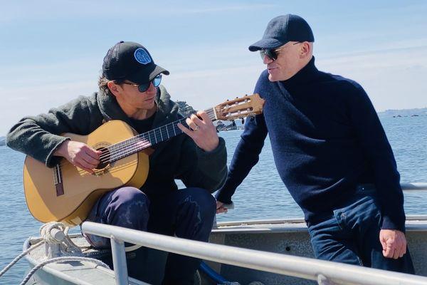 Raphaël et Gaëtan Roussel en boat trip pour Abers Road, l'émission musicale de France 3 Bretagne, ce vendredi 2 juillet à 23h30