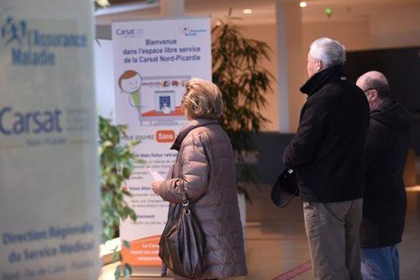 Des retraités patientent à la Carsat Nord-Picardie.