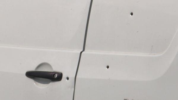Quelques uns des impacts de balles sur la  porte arrière de la fourgonnette attaquée au Havre avec le 13 septembre 2021