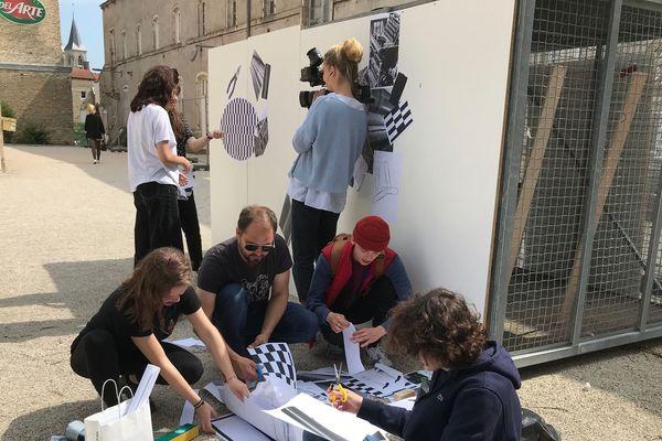 A l'extérieur, place aux travaux pratiques. L'association des étudiants graphistes de Chaumont proposait de se lancer dans une grande fresque.