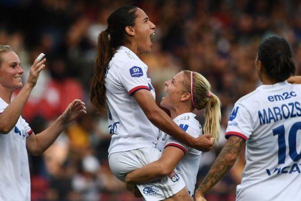 Amel Majri célèbre la victoire de l'OL féminin face au PSG après une séance de tirs aux buts, pour le premier Trophée des championnes à Guingamp, samedi 21 septembre.