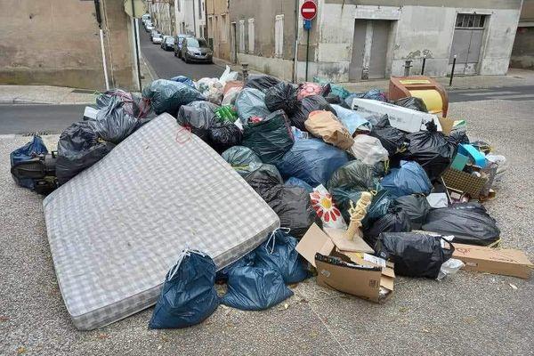 Dans les rues de Castres, les poubelles s'amoncellent suite à la grève des éboueurs de la ville.