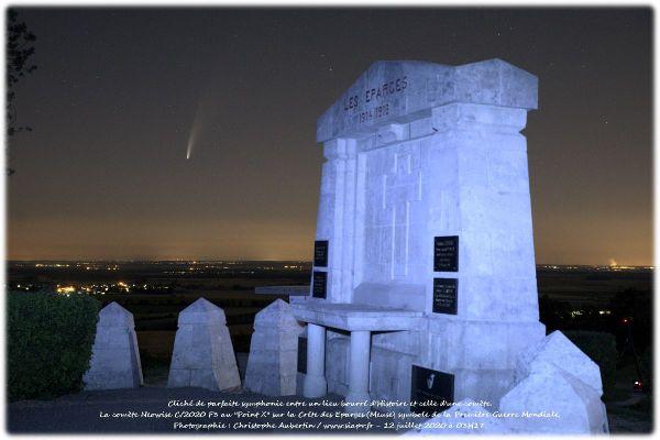 La comète Neowise dans le ciel meusien, avec le monument des Eparges en premier plan.