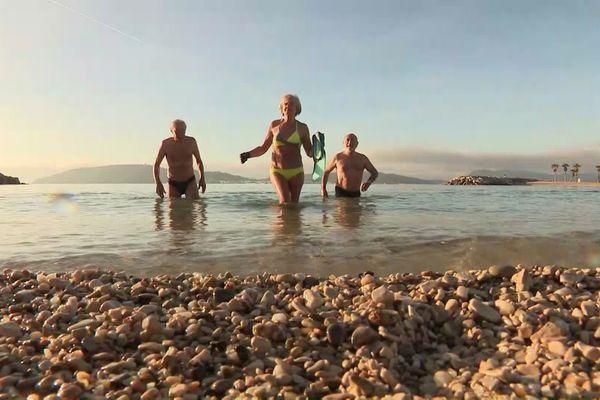 Des baigneurs varois sur la plage du Mourillon, à Toulon, fin décembre.