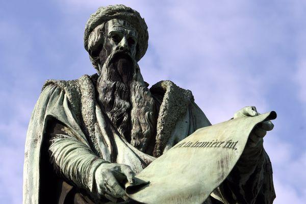Statue de l'inventeur de l'imprimerie à caractères mobiles, Johannes Gutenberg, à Strasbourg.