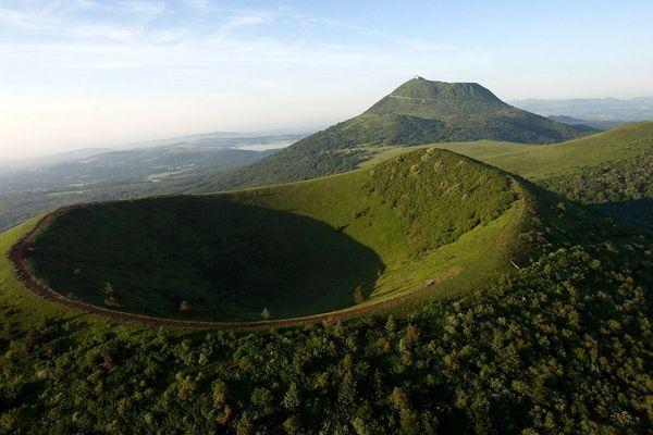 La Chaine des Puys, une chaîne volcanique de 80 volcans sur une distance de 32 km, avec le Puy de Dôme (en haut) et le Puy de Pariou (en bas) près de Clermont-Ferrand. Le Comité du patrimoine mondial a inscrit la Chaine des Puys sur la liste du patrimoine mondial de l'UNESCO.