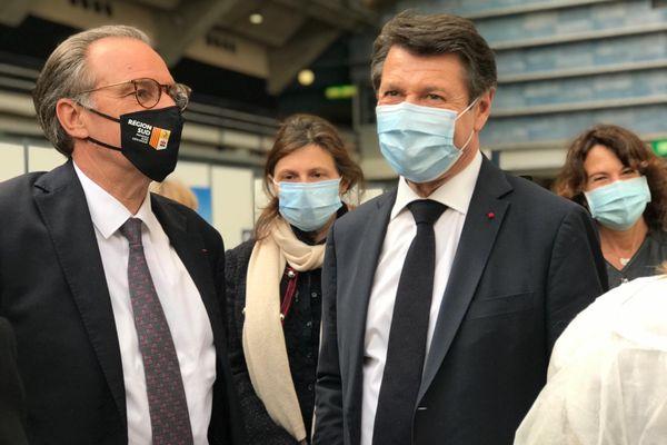 Renaud Muselier confirme Christian Estrosi comme tête de liste LR dans les Alpes-Maritimes. Les deux hommes étaient côte à côte à Nice ce mercredi 12 mai au centre de vaccination.