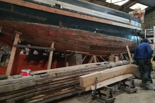 L'étrave, pièce de bois de 100 kilos prête à être installée sur le Dundee Lorette