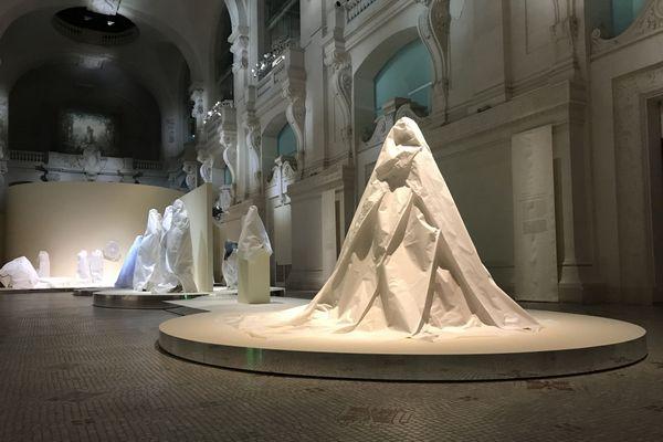 Les œuvres sont recouvertes d'un matériau neutre pour les protéger principalement de la poussière et de la lumière.