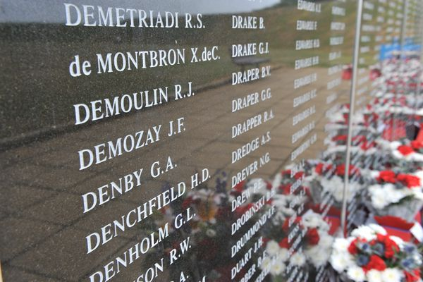 """Les noms de Xavier de Chérade de Montbron et Jean Demozay inscrits au """"Battle of Britain Memorial"""" de Capel-le-Ferne, près de Folkestone en Angleterre, monument dédié aux combattants de la Bataille d'Angleterre de 1940, situé face à la Manche."""