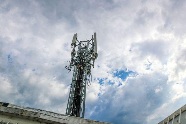 Plusieurs dizaines de milliers d'abonnés SFR ou Bouygues Telecom ont été privés de téléphone ce week-end, après l'incendie volontaire de deux antennes-relais à Albi. (Illustration