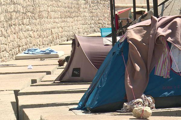 Une dizaine de tentes sont installées sur les blocs de béton du port de Nice