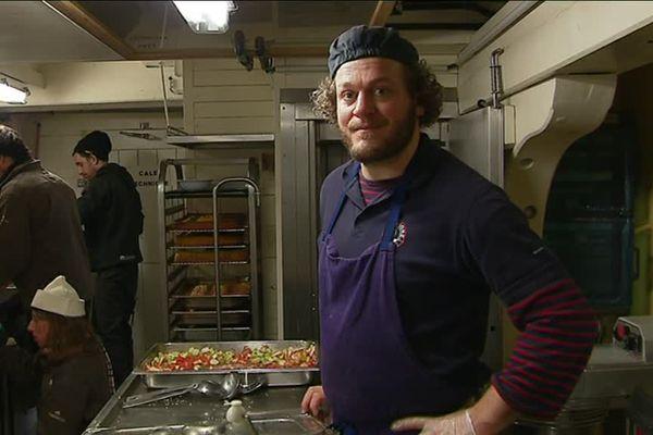Arnaud Fournier, maître coq à bord de l'Hermione prépare trois repas par jour pour 80 personnes.