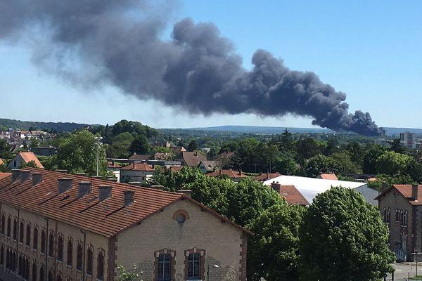 L'incendie touche une usine de traitement des déchets dangereux dans la zone d'activités de Saint-Ouen-l'Aumône.