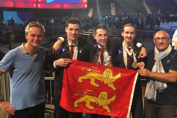 Au milieu, Joseph Courtin, Louis Agnellet et Mathieu Léger, médaillés normands à la finale mondiale des Olympiades des métiers à Abu Dhabi