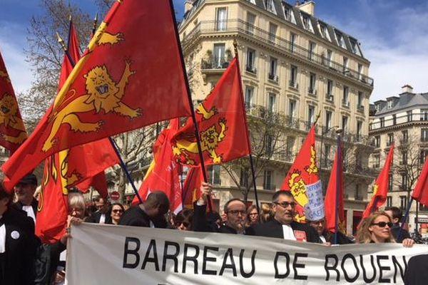 Une soixantaine d'avocats du barreau de Rouen manifestent Place du Châtelet cet après-midi