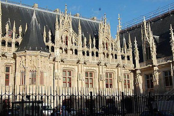 La cour du palais de justice de Rouen