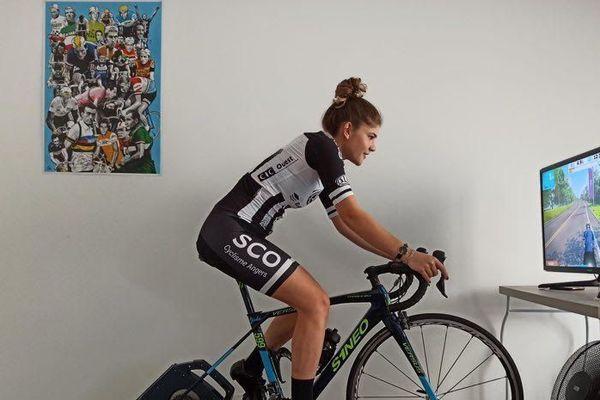 Les paysages défilent devant la roue de cette cycliste du SCO, sur un écran. Elle est confinée mais veut être utile.