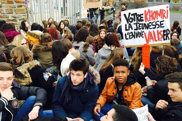 Sitting devant le lycée Foch à Rodez
