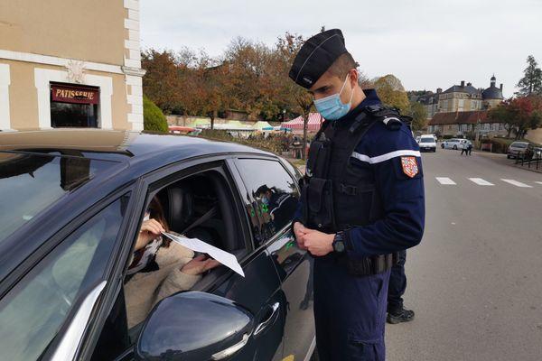 Les contrôles d'attestations dérogatoires se renforcent, comme ici à Toucy (Yonne).