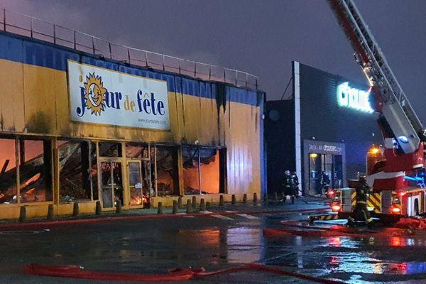 Sous l'action du feu, le toit s'est effondré à l'intérieur du magasin
