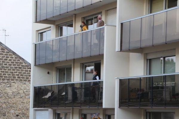 Il y a du monde au balcon le soir au 43, rue